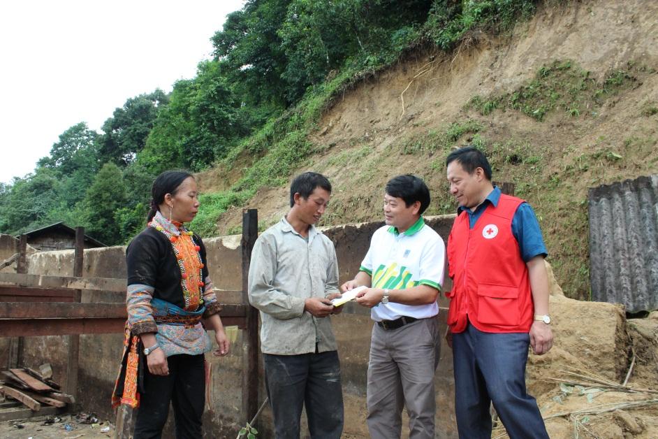 Thăm hỏi gia đình anh Phàn Phủ Xuân - bản Sín Chải, xã Sỉn Lở Lầu, huyện Phong Thổ