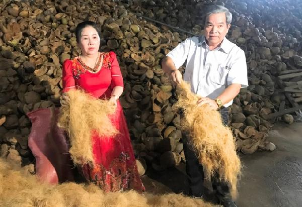 Từ chiếc vỏ dừa, qua máy tách chỉ đã thu được mụn và chỉ xơ dừa có giá trị xuất khẩu. Ảnh: Minh Đảm.